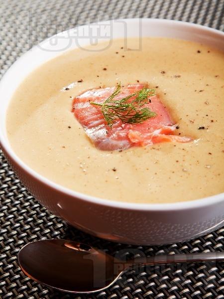 Бърза и лесна крем супа от авокадо с филе от пушена сьомга и течна сметана - снимка на рецептата